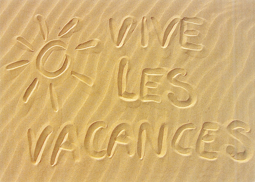 Vive les vacances postcard in the sand